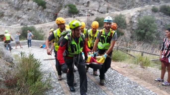 Rescuers carry a hiker from Raganello creek (Photo: EPA)
