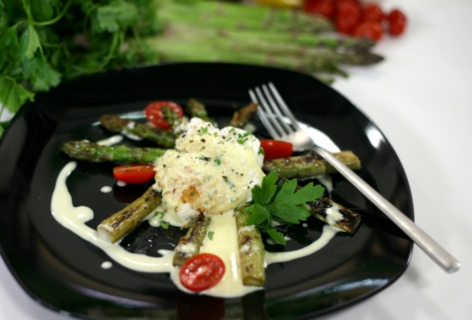 [WATCH] Poached eggs on grilled asparagus with Parmeggiano cream