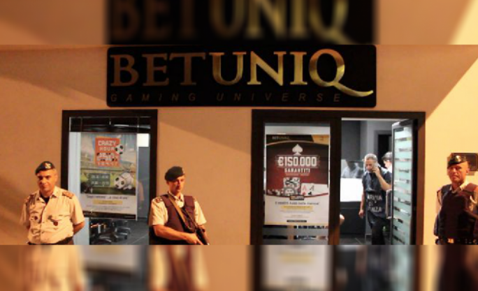 Reggio Calabria police closing down a Betuniqu betting outlet.