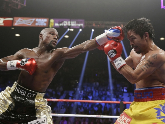 Floyd Mayweather Jr trades blows with Manny Pacquiao in Las Vegas