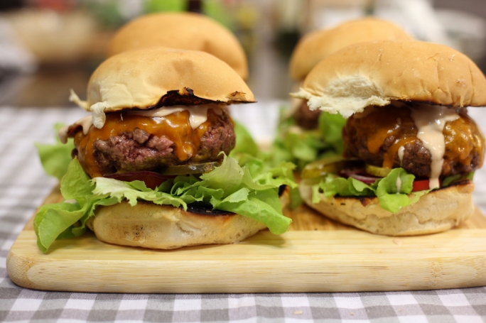 [WATCH] The ultimate cheesy bacon beef burgers
