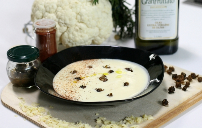 Cauliflower soup with crispy capers