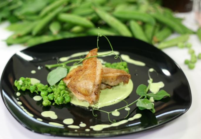 [WATCH] Chicken thighs with pea puree and a mushy pea salad
