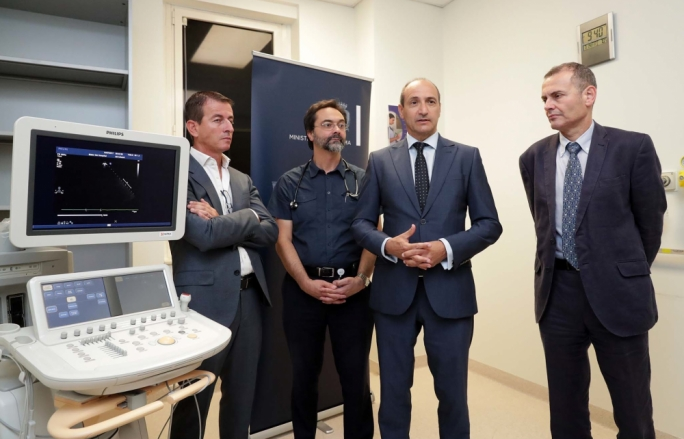 Health minister Chris Fearne this morning unveiled a new echo ultrasound machine donated by Beating Hearts