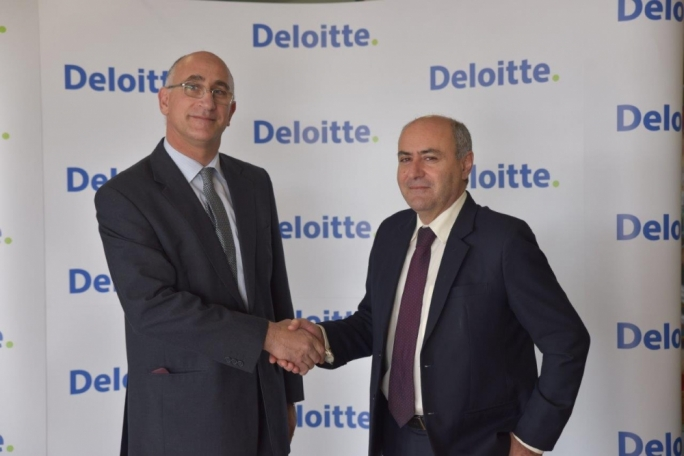 Deloitte financial advisory leader Raphael Aloisio with parliamentary secretary José Herrera