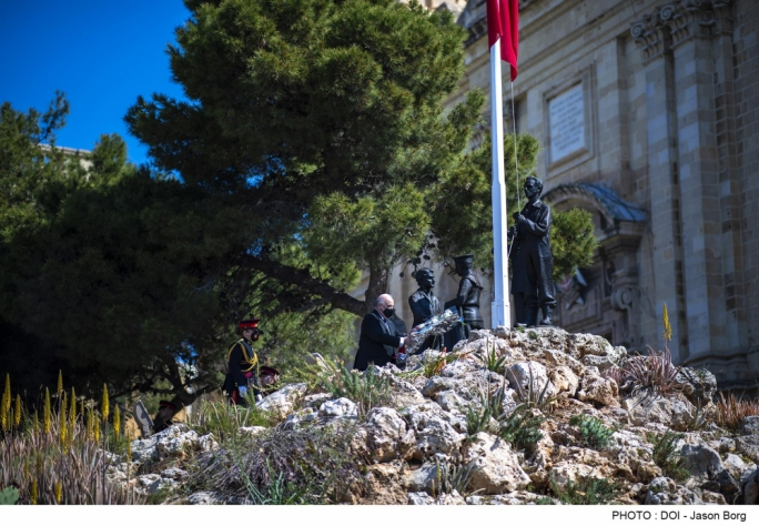 President George Vella laying a wreath on the Freedom Day monument in Birgu