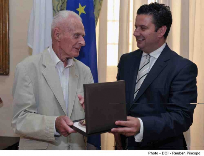 Tourism minister meets Brit on his 50th visit to Malta