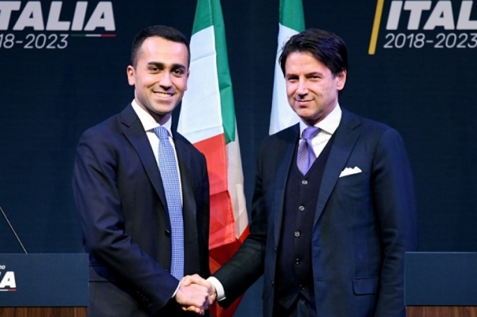 Giuseppe Conte shakes hands with Five Star leader Luigi Di Maio. (Photo: Filippo Monteforte/AFP)