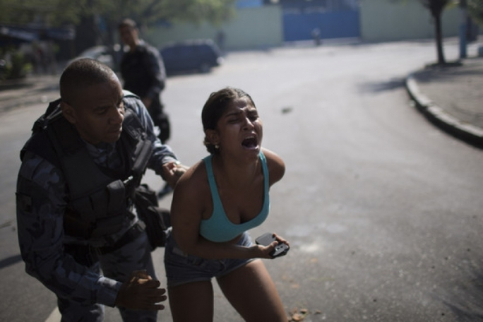 Rio de Janeiro squatters clash with police