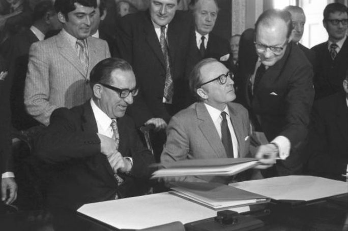Dom Mintoff (left) and Lord Carrington signing the defence agreement between Malta and Britain, at Marlborough House, London (Source: Getty Images)