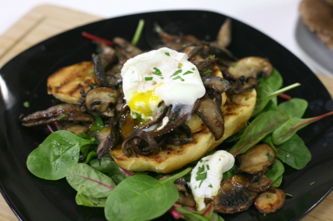 [WATCH] Poached eggs on fried mushrooms on brioche toast