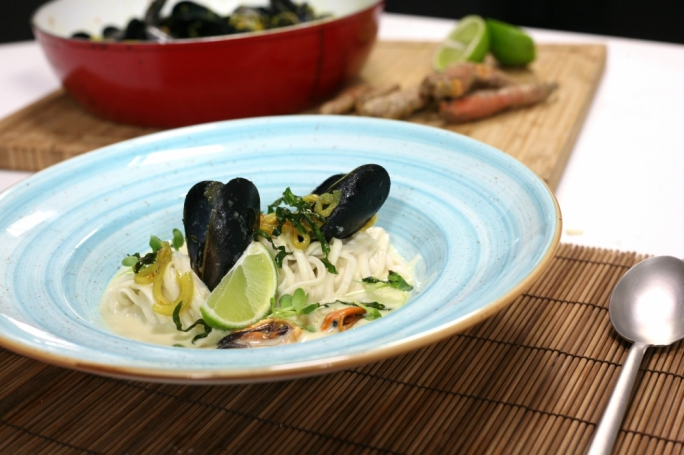 Thai-style rice noodles with mussels in coconut milk