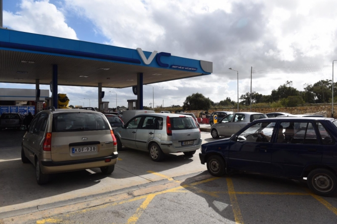 [WATCH] Motorists line up at fuel stations as industrial action looms