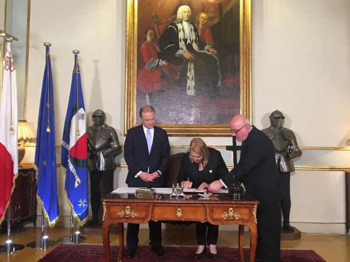 President Marie-Louise Coleiro Preca signing the writ to officially dissolve parliament