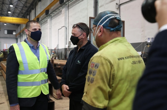 Prime Minister Robert Abela visits a factory. Both parties in Malta are opposing the EU minimum wage directive. Photo: DOI