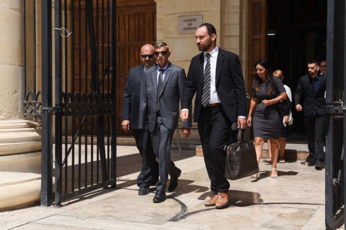 Simon Schembri (centre) with his  lawyer Arthur Azzopardi (right) (File Photo)