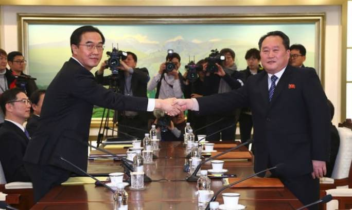 South Korea unification minister Cho Myung-Gyun (left) shakes hands with North Korean chief delegate Ri Son-Gwon (Photo: The Guardian)