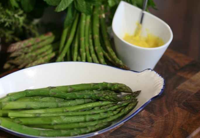 [WATCH] Steamed asparagus with classic hollandaise