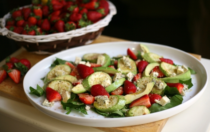 [WATCH] Strawberry and blue cheese salad with marrows, avocado and sesame seeds