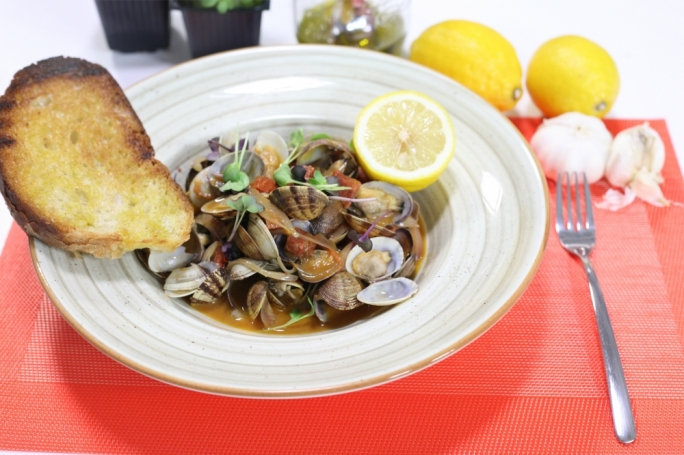 Garlicky vongole with salami