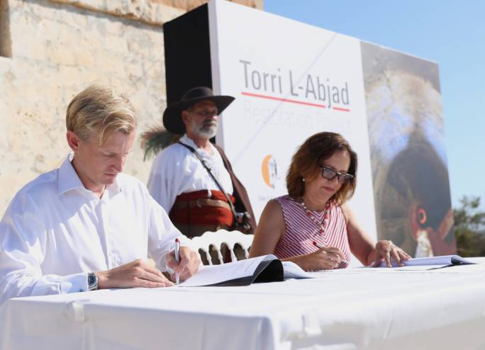 HSBC Malta CEO Andrew Beane and Din l-Art Ħelwa Executive President Maria Grazia Cassar signing the support agreement at Torri l-Abjad